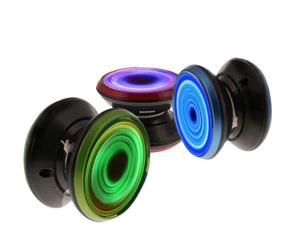Yo-yo Yofinity nas cores vermelho, verde e azul com luz